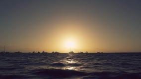 Φυσική ακτή ανατολής Τοπίο οριζόντων γιοτ και βαρκών Ανατολή πέρα από τη θάλασσα φιλμ μικρού μήκους