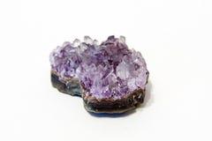 Φυσική αμεθύστινη ημιπολύτιμη πέτρα αμεθύστινων κρυστάλλων Τα μεταλλεύματα είναι ο υπόγειος πλούτος Στοκ Φωτογραφία
