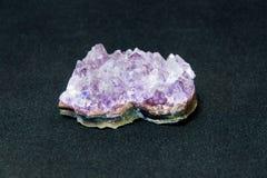 Φυσική αμεθύστινη ημιπολύτιμη πέτρα αμεθύστινων κρυστάλλων Τα μεταλλεύματα είναι ο υπόγειος πλούτος Στοκ φωτογραφία με δικαίωμα ελεύθερης χρήσης