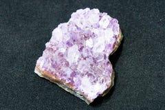 Φυσική αμεθύστινη ημιπολύτιμη πέτρα αμεθύστινων κρυστάλλων Τα μεταλλεύματα είναι ο υπόγειος πλούτος Στοκ Εικόνες