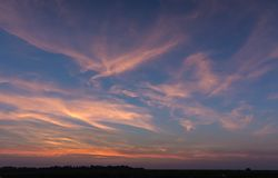 Φυσική ανατολή ηλιοβασιλέματος πέρα από τον τομέα ή το λιβάδι Φωτεινός δραματικός ουρανός στοκ φωτογραφία με δικαίωμα ελεύθερης χρήσης