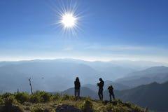 Φυσική ανατολή ηλιοβασιλέματος πέρα από το βουνό στην Ταϊλάνδη στοκ εικόνα με δικαίωμα ελεύθερης χρήσης