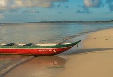 Φυσική βάρκα σε μια αμμώδη παραλία, διακοπές της Μαδαγασκάρης Στοκ Εικόνες