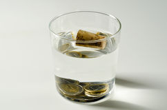 φυσική Βαριά και ελαφριά αντικείμενα στο νερό στοκ εικόνα με δικαίωμα ελεύθερης χρήσης