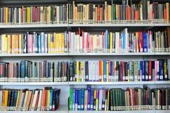 φυσική βιβλιοθηκών βιβλί& στοκ εικόνα με δικαίωμα ελεύθερης χρήσης