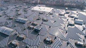 Φυσική ενέργεια, ηλιακά πλαίσια για την πράσινη ενέργεια παραγωγής στη στέγη του σπιτιού κατά την υπαίθρια, άποψη κηφήνων απόθεμα βίντεο