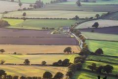 Φυσική εναέρια άποψη καλλιεργήσιμου εδάφους στο ηλιοβασίλεμα στοκ φωτογραφία με δικαίωμα ελεύθερης χρήσης