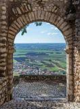 Φυσική θέα σε Sermoneta, μεσαιωνικό χωριό στην επαρχία του Λατίνα, Ιταλία στοκ φωτογραφίες με δικαίωμα ελεύθερης χρήσης