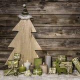 Φυσική διακόσμηση Χριστουγέννων πράσινος και καφετής στο ξύλινο backgr Στοκ εικόνα με δικαίωμα ελεύθερης χρήσης