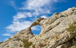 Φυσική κυκλική τρύπα στο βουνό Eltigen στοκ εικόνα