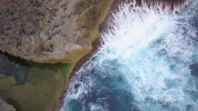 Φυσική λίμνη Billabong αγγέλων Μεγάλα μπλε κύματα θάλασσας που συντρίβουν στον απότομο βράχο βράχου στο τροπικό νησί 4K μήκος σε  απόθεμα βίντεο
