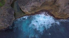 Φυσική λίμνη Billabong αγγέλων Μεγάλα μπλε κύματα θάλασσας που συντρίβουν στον απότομο βράχο βράχου στο τροπικό νησί 4K εναέριο μ φιλμ μικρού μήκους