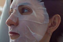 Φυσική μάσκα μαργαριταριών προσώπου φύλλων Στοκ φωτογραφία με δικαίωμα ελεύθερης χρήσης