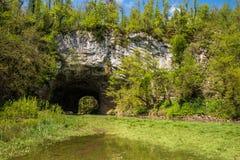 Φυσική μεγάλη φυσική γέφυρα φαινομένων καρστ στο εθνικό πάρκο Rakov Skocjan στη Σλοβενία Στοκ εικόνες με δικαίωμα ελεύθερης χρήσης