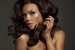 Φυσική ομορφιά της κυρίας brunette Στοκ Φωτογραφία