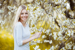 Φυσική ομορφιά του πορτρέτου γυναικών χαμόγελου υπαίθρια Στοκ εικόνα με δικαίωμα ελεύθερης χρήσης