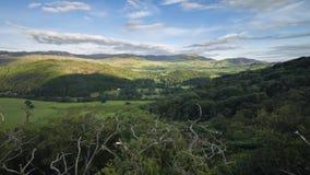 Φυσική ορεινή άποψη από την ανυψωμένη προοπτική απόθεμα βίντεο
