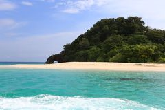 Φυσική πέτρινη αψίδα, νησί Khai, Satun, Ταϊλάνδη Στοκ εικόνες με δικαίωμα ελεύθερης χρήσης