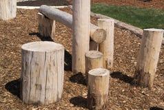 Φυσική παιδική χαρά που αναρριχείται στα κούτσουρα δομών ξύλινα Στοκ εικόνα με δικαίωμα ελεύθερης χρήσης