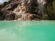 Φυσική πισίνα με το νερό θερμών πηγών στοκ εικόνες