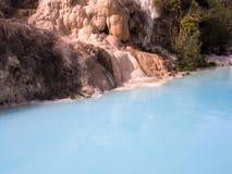 Φυσική πισίνα με το νερό θερμών πηγών στοκ φωτογραφίες