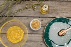 Φυσική προσοχή σωμάτων και aromatherapy προϊόντα στον ξύλινο πίνακα Στοκ Εικόνες