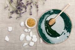 Φυσική προσοχή σωμάτων και aromatherapy προϊόντα στο γκρίζο ύφασμα Στοκ Εικόνες