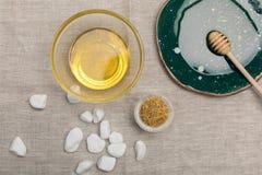 Φυσική προσοχή σωμάτων και aromatherapy προϊόντα στο γκρίζο ύφασμα Στοκ εικόνα με δικαίωμα ελεύθερης χρήσης