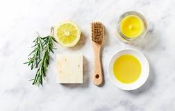 Φυσική προσοχή σωμάτων και aromatherapy προϊόντα στο μαρμάρινο υπόβαθρο Στοκ Εικόνες