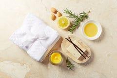 Φυσική προσοχή σωμάτων και aromatherapy προϊόντα στο μαρμάρινο υπόβαθρο Στοκ εικόνες με δικαίωμα ελεύθερης χρήσης