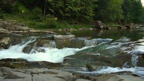 Φυσική πτώση πτώσεων άνοιξης σε σε αργή κίνηση Dribbles και πτώση ροών του νερού στις πτώσεις φιλμ μικρού μήκους