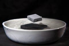 Φυσική στη δράση - πείραμα με τα supraconductive υλικά στοκ εικόνες με δικαίωμα ελεύθερης χρήσης