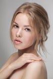Φυσική φρέσκια καθαρή κινηματογράφηση σε πρώτο πλάνο πορτρέτου ομορφιάς ενός νέου ελκυστικού προτύπου Στοκ Εικόνες