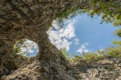Φυσική φυσική γέφυρα φαινομένων καρστ στο εθνικό πάρκο Rakov Skocjan στη Σλοβενία Στοκ φωτογραφία με δικαίωμα ελεύθερης χρήσης