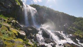 Φυσική φύση του όμορφου καταρράκτη και σμαραγδένια ομάδα της λίμνης γλυκού νερού στο άγριο δασικό περιβάλλον ζουγκλών στην Ταϊλάν απόθεμα βίντεο