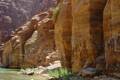 Φυσικοί απότομοι βράχοι του κολπίσκου Wadi Mujib στην Ιορδανία Στοκ εικόνα με δικαίωμα ελεύθερης χρήσης