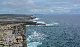 Φυσικοί απότομοι βράχοι Inishmore, νησιά Aran, Ιρλανδία Στοκ Εικόνες