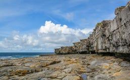 Φυσικοί απότομοι βράχοι Inishmore, νησιά Aran, Ιρλανδία Στοκ Φωτογραφίες