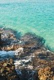 Φυσικοί βράχοι και σαφή μπλε νερά στην παραλία Kleopatra, Alanya Στοκ Εικόνες