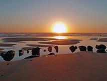 Φυσικοί βράχοι στο νερό από τον Ατλαντικό Ωκεανό στο ηλιοβασίλεμα Στοκ Εικόνα