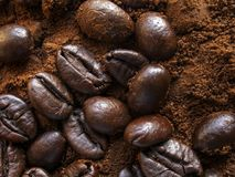 Φυσικοί επίγειος καφές αρώματος και φασόλια καφέ Στοκ Φωτογραφίες