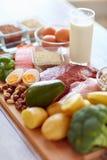 Φυσικοί πλούσιοι στα πρωτεϊνικά τρόφιμα στον πίνακα Στοκ εικόνες με δικαίωμα ελεύθερης χρήσης