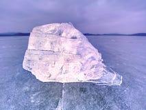 Φυσικοί φραγμοί πάγου Σπάσιμο επιπλέοντος πάγου πάγου λόγω του αέρα ενάντια στην ακτή και την κίνηση Στοκ Φωτογραφίες