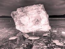 Φυσικοί φραγμοί πάγου Σπάσιμο επιπλέοντος πάγου πάγου λόγω του αέρα ενάντια στην ακτή και την κίνηση Στοκ Εικόνες