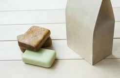 Φυσικοί φραγμοί σαπουνιών σε μια τσάντα εγγράφου Στοκ Φωτογραφία