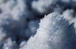Φυσικοί χιόνι και πάγος cristal στα ευρωπαϊκά όρη τον κρύο χειμώνα από την ηλιοφάνεια στοκ φωτογραφία