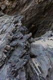 Φυσικός βράχος με τις διαφορετικές σκιές και άμμος στην κορυφή στοκ φωτογραφία
