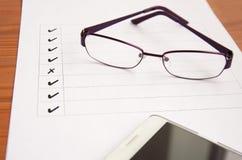 φυσικός γρανίτης με τα γυαλιά και το τηλέφωνο Στοκ εικόνα με δικαίωμα ελεύθερης χρήσης