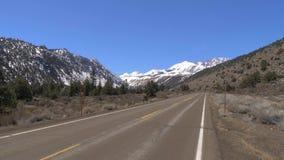 Φυσικός δρόμος μέσω των βουνών της οροσειράς Νεβάδα απόθεμα βίντεο