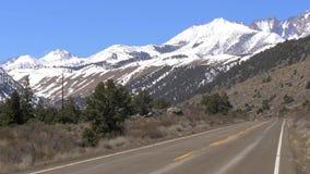 Φυσικός δρόμος μέσω των βουνών της οροσειράς Νεβάδα φιλμ μικρού μήκους